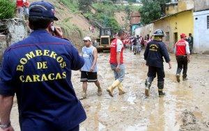 Bomberos de Caracas inspeccionaron zonas afectadas por la lluvia caída la noche del jueves 21 de noviembre en el área capitalina.