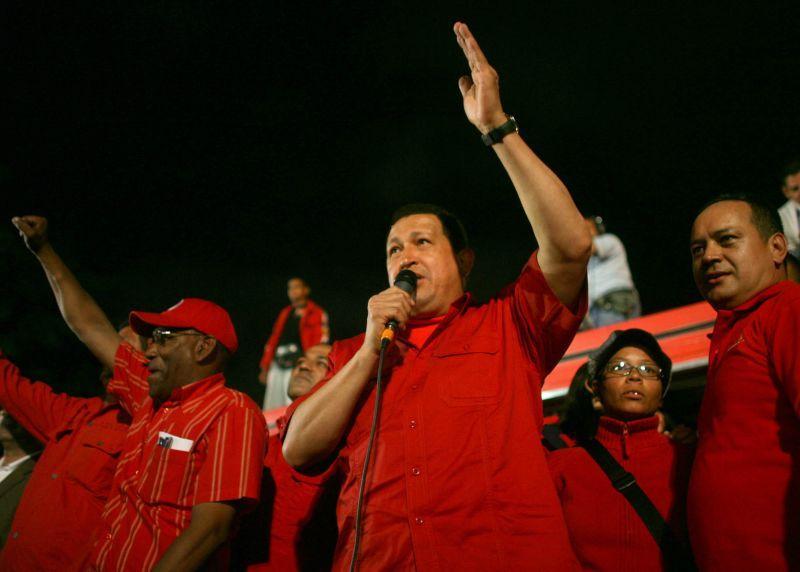 El presidente Hugo Chávez, fue recibido por una multitud en los alrededores del Palacio de Miraflores para expresar un contundente rechazo a los planes golpistas contra el Gobierno revolucionario.